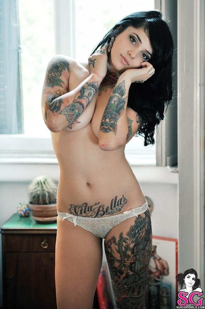 cuisse recouverte de tatouages feminins