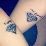 exemple tatouage bras femme diamant et courtes phrases
