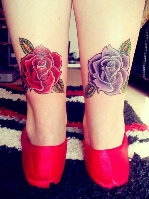 exemple tatouage cheville femme 2 roses violette et rose