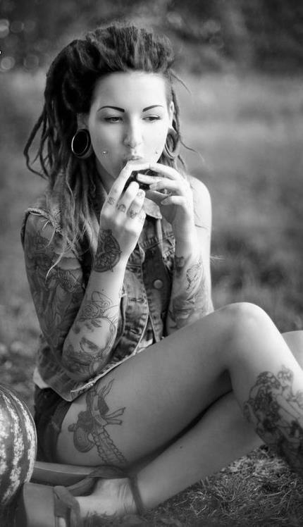 exemple tatouage cuisse femme jarretiere et pistolet