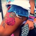 exemple tatouage cuisse femme tres coloré roses roses et tete de mort bleue calavera