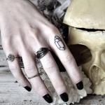 exemple tatouage diamant au doigt femme