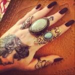 exemple tatouage doigt femme ancre marine sous une bague