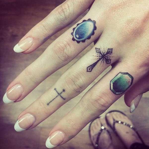 Exemple tatouage doigt femme deux croix sur le majeur dont - Tatouage a deux ...