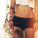 exemple tatouage haut de cuisse femme soleil mandala