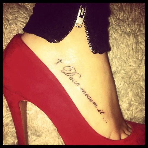 exemple tatouage phrase et croix pied femme