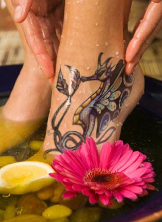 idee tattoo cheville gros hippocampe coloré