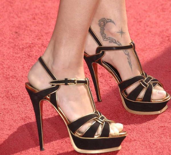 idee tattoo cheville maori et etoile rose des vents