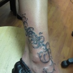 idee tattoo cheville style floral et arabesques