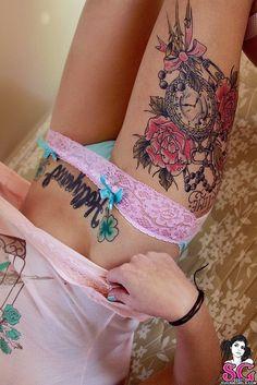 idee tattoo cuisse horloge chapelet noeud rose et fleurs roses