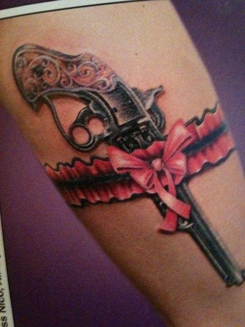 idee tattoo cuisse sexy porte jaretelle noeud rose et revolver
