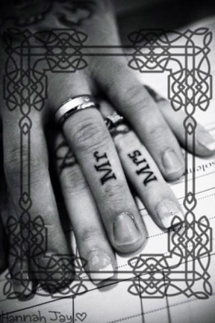 idee tattoo doigt couple mr mrs