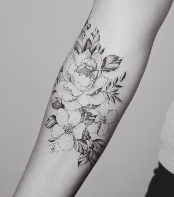 Idee tattoo fleurs de pivoine avant bras femme