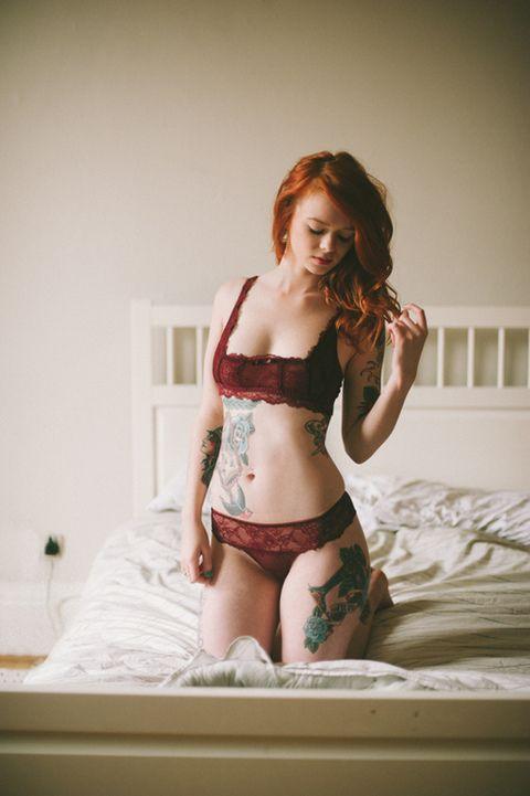 idee tattoo haut de la cuisse rose bleue et croix