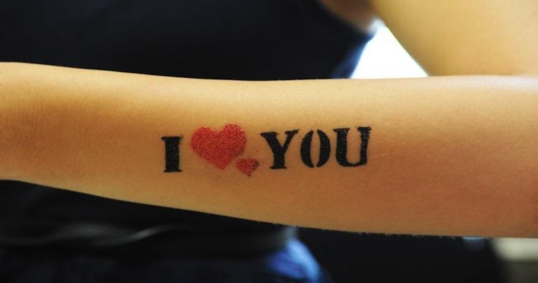 Modele tatouage bras discret i love you avec deux coeurs - Tatouage a deux ...
