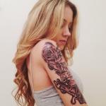 modele tatouage bras haut rose et mot tatoué