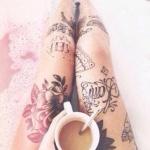 modele tatouage cuisse fleurs roses ecritures mots