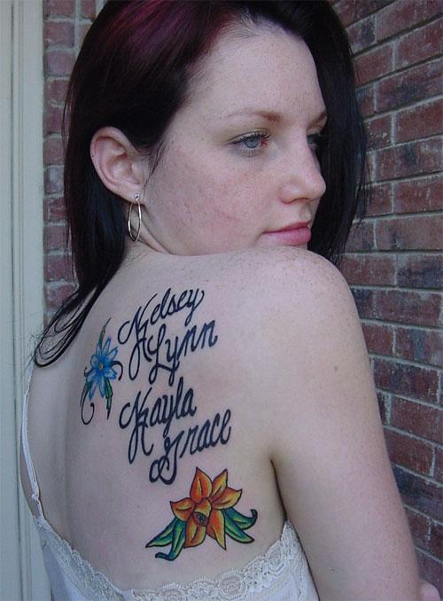 modele tatouage prenom omoplate avec fleurs orange et bleu lys