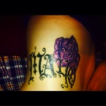 modele tatouage prenom taille avec rose violette et ecriture gothique