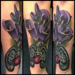photo tattoo feminin avant bras interieur fleurs violettes