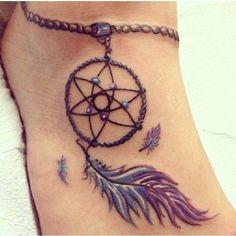 photo tattoo feminin cheville bracelet avec attrape reve et plumes