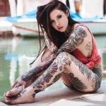 photo tattoo feminin cuisse fleurs encre noire