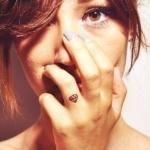 photo tattoo feminin doigt annulaire bague diamant