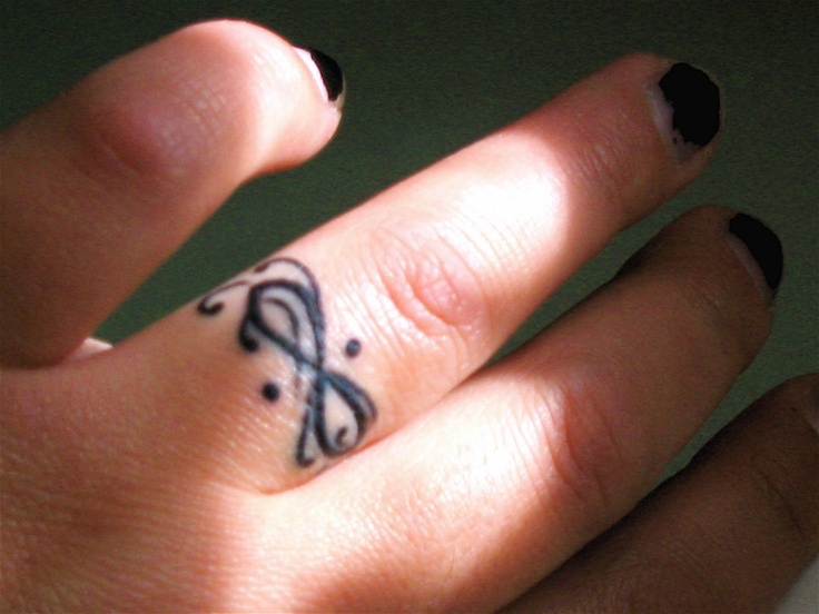 photo tattoo feminin doigt bague