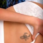 photo tattoo feminin scorpion sexy sur le dessus des fesses