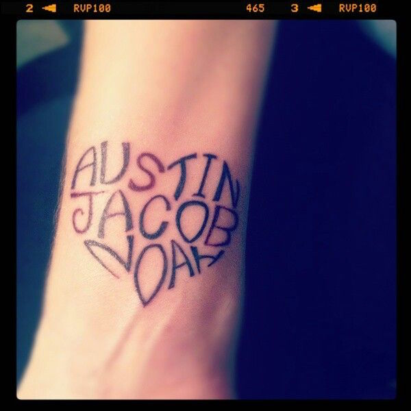tatouage 3 prenoms poignet fille en coeur sur avant bras