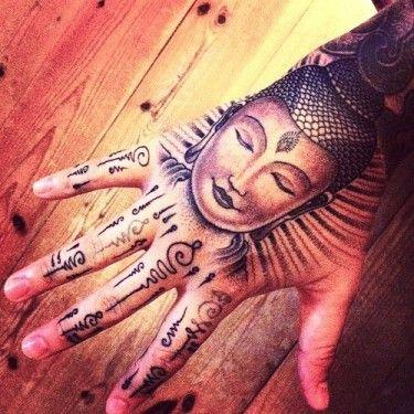 tatouage bouddha main et tattoos doigts