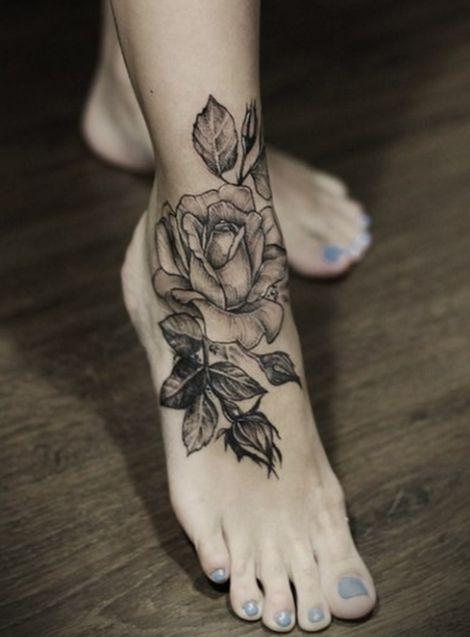 Belle levrette avec tatouage 8