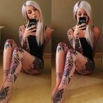 tatouage cuisse feminin lettrage et roses