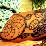 tatouage cuisse femme attrape reve plume