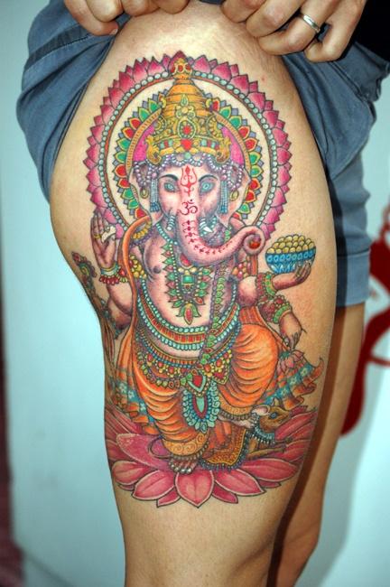 tatouage cuisse femme ganesh