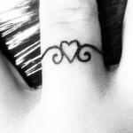 tatouage doigt bague avec coeur