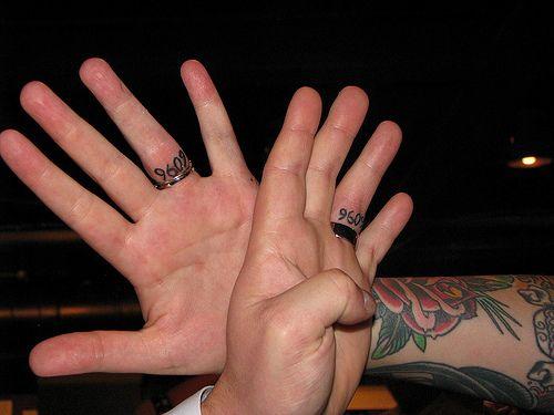 tatouage doigt femme alliance date du mariage