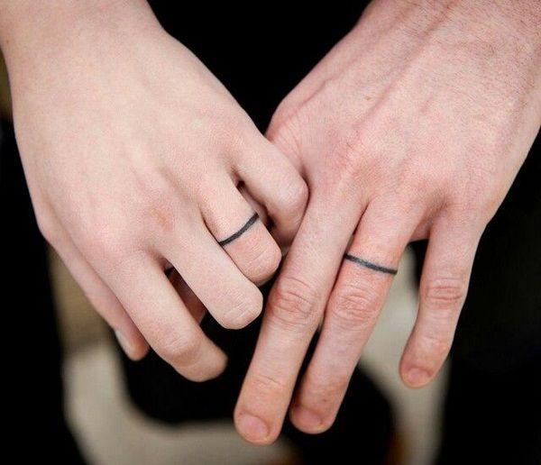 ... photo de tatouage doigt femme anneaux fins facon bague de mariage
