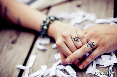 tatouage doigt femme idee bague sur majeur et annulaire tatouage femme. Black Bedroom Furniture Sets. Home Design Ideas