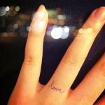 tatouage doigt love comme une bague