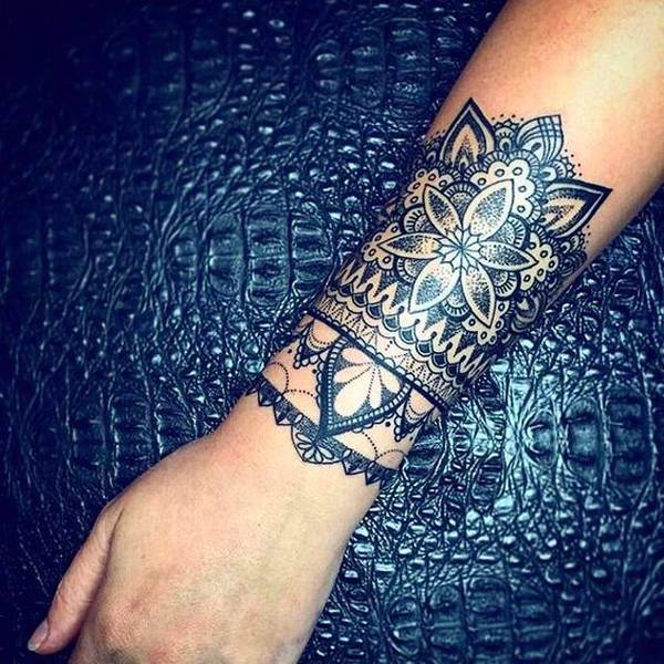 tatouage femme avant bras mandala effet bracelet large. Black Bedroom Furniture Sets. Home Design Ideas