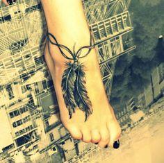 tatouage femme cheville bracelet double avec 2 belles plumes sur le pied
