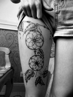 tatouage femme cuisse jarretiere et attrape reve