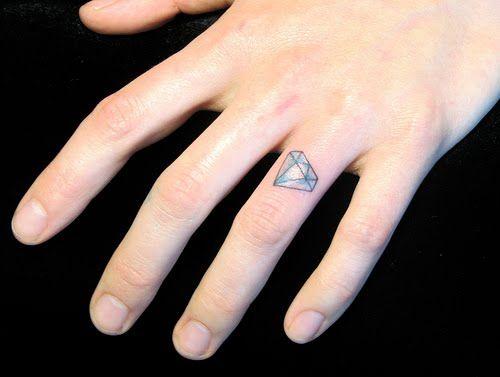 Tatouage femme doigt diamant incline annulaire couleur tatouage femme - Tatouage femme doigt ...