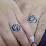 tatouage femme doigt initiales couple amour