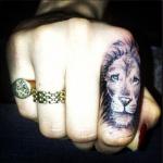 tatouage femme doigt lion sur index