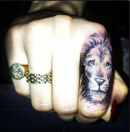 Tatouage femme doigt lion sur index tatouage femme - Tatouage doigt femme ...