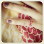 tatouage femme noeud rouge doigt