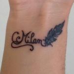 tatouage femme prenom arabesque et plume