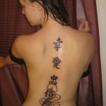 tatouage femme prenom chinois colonne vertebrale et fleurs arabesques